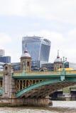 Southwark bro och moderna kontorsbyggnader, 20 Fenchurch, London, Förenade kungariket Arkivfoton