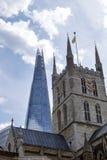 Southwarkkathedraal en de Scherf - het oude en nieuwe coëxisteren stock foto