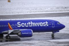 Southwest Airlines Боинг 737 МАКС 8 ездя на такси к воротам после приземляться на Портленде международном стоковое фото