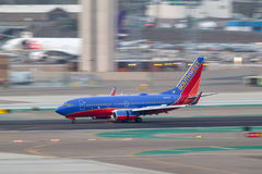 Southwest Airlines Boeing 737-7H4 N734SA som ankommer på San Diego International Airport Royaltyfri Fotografi