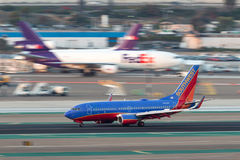 Southwest Airlines Boeing 737-7H4 N723SW som ankommer på San Diego International Airport Royaltyfria Bilder