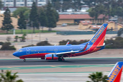 Southwest Airlines Boeing 737-7H4 N917WN som ankommer på San Diego International Airport Royaltyfri Bild