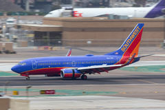 Southwest Airlines Boeing 737-7H4 N247WN som ankommer på San Diego International Airport Arkivbild