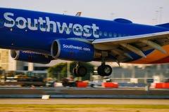 Southwest Airlines flygplanlandning på landningsbana arkivfoton