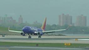 Southwest Airlines voyagent en jet l'atterrissage banque de vidéos