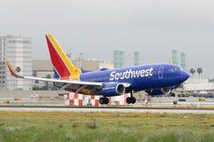 Southwest Airlines voyagent en jet l'atterrissage chez LAX Photo stock
