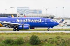 Southwest Airlines voyagent en jet l'atterrissage chez LAX Images stock