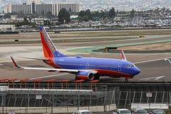 Southwest Airlines voyagent en jet sur la piste avant décollage Image libre de droits