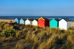 SOUTHWOLD, SUFFOLK/UK - 5月31日:五颜六色的海滩小屋在Southwo 免版税库存照片