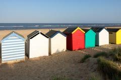SOUTHWOLD, SUFFOLK/UK - 5月31日:在Southwo的五颜六色的海滩小屋 免版税图库摄影