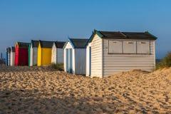 SOUTHWOLD, SUFFOLK/UK - 5月31日:在Southwo的五颜六色的海滩小屋 免版税库存图片