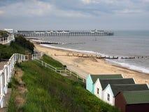 SOUTHWOLD, SUFFOLK/UK - 6月11日:海岸线和码头的看法 库存图片