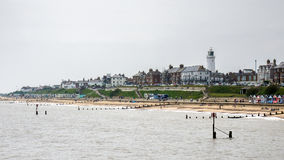 SOUTHWOLD, SUFFOLK/UK - 6月11日:海岸线的看法在南部的 免版税图库摄影