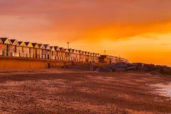 Southwold-Suffolk-Strand-H?tten-orange Himmel stockfoto