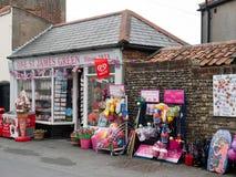 SOUTHWOLD, SUFFOLK/UK - 12-ОЕ ИЮНЯ: Магазин продавая товары пляжа внутри так Стоковые Фото