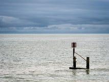 SOUTHWOLD, SUFFOLK/UK - 30 DE JULHO: Perigo e profundidade do indicador da maré Fotografia de Stock