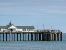 SOUTHWOLD, SUFFOLK/UK - 30 DE JULHO: Povos que apreciam Sunny Day Ou Imagem de Stock