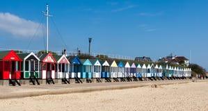 SOUTHWOLD, SUFFOLK/UK - 2 DE JUNIO: Chozas coloridas de la playa en Southwo Fotos de archivo