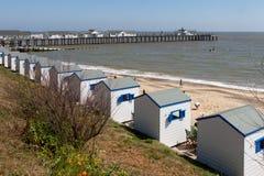 SOUTHWOLD, SUFFOLK/UK - 2 DE JUNIO: Una fila de las chozas de la playa en Southwol Fotografía de archivo
