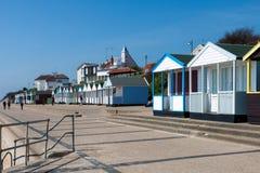 SOUTHWOLD, SUFFOLK/UK - 2 DE JUNIO: Una fila de las chozas de la playa en Southwol Imagen de archivo