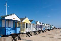 SOUTHWOLD, SUFFOLK/UK - 2 DE JUNIO: Una fila de las chozas de la playa en Southwol Imagenes de archivo