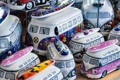 SOUTHWOLD, SUFFOLK/UK - 31 DE MAIO: Coleção do camperva da VW da porcelana Foto de Stock Royalty Free