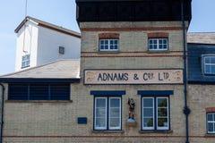 SOUTHWOLD, SUFFOLK/UK - 2 JUNI: Adnams & Terughoudend ltd brouwerij Suff stock afbeeldingen