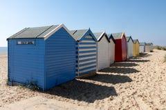 SOUTHWOLD, SUFFOLK/UK - 2. JUNI: Bunte Strandhütten in Southwo Stockfotos