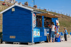 SOUTHWOLD, SUFFOLK/UK - 2. JUNI: Café und Souvenirladen auf dem prome Lizenzfreies Stockfoto