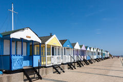 SOUTHWOLD, SUFFOLK/UK - 2 JUNI: Een rij van strandhutten in Southwol Stock Afbeeldingen