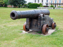 SOUTHWOLD SUFFOLK/UK - JUNI 12: Forntida kanon på skärm i S Royaltyfri Foto