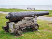 SOUTHWOLD SUFFOLK/UK - JUNI 12: Forntida kanon på skärm i S Arkivbilder