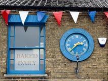 SOUTHWOLD SUFFOLK/UK - JUNI 11: Klocka som firar minnet av Queen'en Royaltyfria Foton