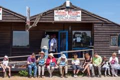 SOUTHWOLD, SUFFOLK/UK - 2. JUNI: Leute, die Fischchips in S genießen Lizenzfreies Stockfoto