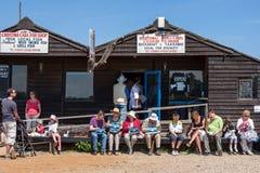 SOUTHWOLD, SUFFOLK/UK - 2. JUNI: Leute, die Fischchips in S genießen Stockfotografie