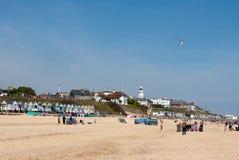 SOUTHWOLD, SUFFOLK/UK - 2 JUNI: Mensen die van het strand zo genieten in Stock Afbeeldingen
