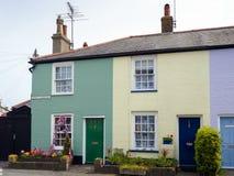 SOUTHWOLD, SUFFOLK/UK - 11 JUNI: Rij van Kleurrijke Huizen in Sou Stock Afbeelding