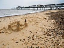 SOUTHWOLD SUFFOLK/UK - JUNI 12: Sandslott på stranden på Sou royaltyfri fotografi