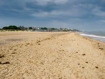 SOUTHWOLD SUFFOLK/UK - JUNI 11: Sikt av kustlinjen på söder Fotografering för Bildbyråer