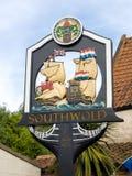 SOUTHWOLD, SUFFOLK/UK - 11 JUNI: Stadsteken bij de Ingang aan S Stock Afbeelding