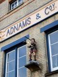 SOUTHWOLD SUFFOLK/UK - JUNI 11: Staty av en pojke som slår en Klocka Arkivfoto