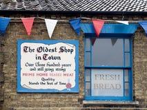 SOUTHWOLD, SUFFOLK/UK - 11. JUNI: Zeichen außerhalb eines Shops Commemorat Stockbilder