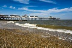 Southwoldpijler en strand in de kust van Suffolk op zonnige dag royalty-vrije stock fotografie
