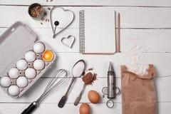 Soutien du fond avec des ingrédients pour la cuisson et les outils de cuisine image libre de droits
