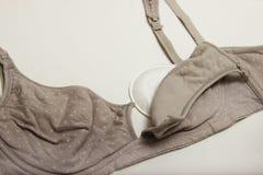 Soutien-gorge de soins pour des mères et des mamelons de silicium soutien-gorge de mamans avec la nouvelle protection jetable de  Image libre de droits