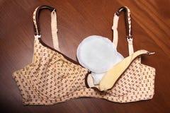Soutien-gorge de soins pour des mères soutien-gorge de mamans avec la nouvelle protection jetable de sein Empêche l'écoulement du Photo stock