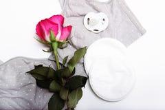 Soutien-gorge de soins pour le soutien-gorge de mamans de mères avec la nouvelle protection jetable de sein Empêche l'écoulement  Photographie stock libre de droits