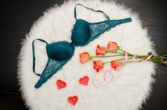 Soutien-gorge vert avec la dentelle sur la fourrure blanche Roses oranges, bougies en forme de coeur concept à la mode Photographie stock