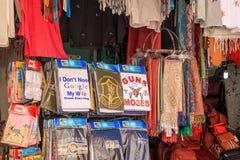 Souveneirwinkel in Oude Stad Jeruzalem, verkopende t-shirts, sjaals, zakken, enz. royalty-vrije stock fotografie