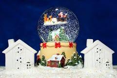 Souvenir de bol en verre du ` s de nouvelle année sur le fond bleu Images stock